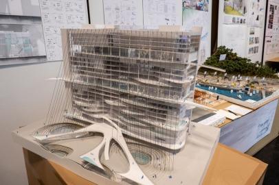 都市に水の流れを取り入れることで、変化のある都市空間をつく出そうとする案。 A plan to create a changing urban space by incorporating the flow of water into the city.
